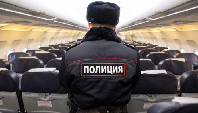 Полицейский в самолете