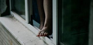 12 октября 19-летняя кемеровчанка выпала из окна на шестом этаже
