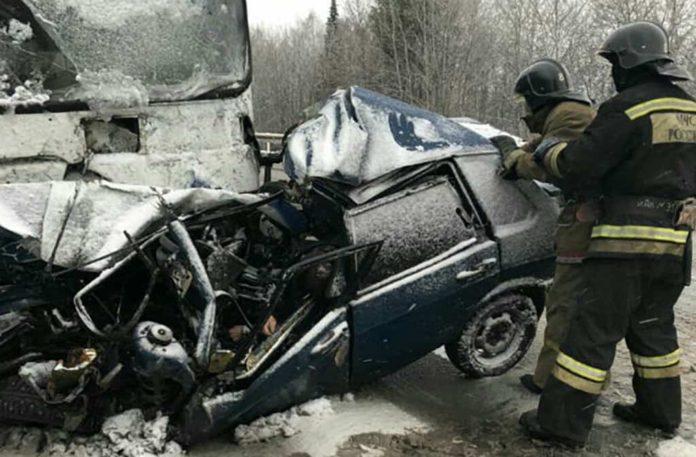 21 октября легковушка врезалась в автобус в Кузбассе