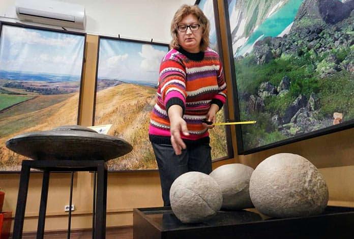 Три камня шаровидной формы «Кузбассразрезуголь» подарил краеведческому музею
