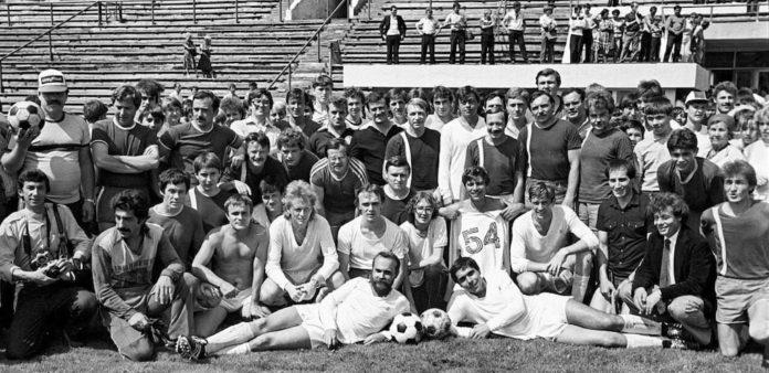 Команда журналистов Кузбасса «Гонорар-82» с командой «Авось» театра «Ленком», 1986 год