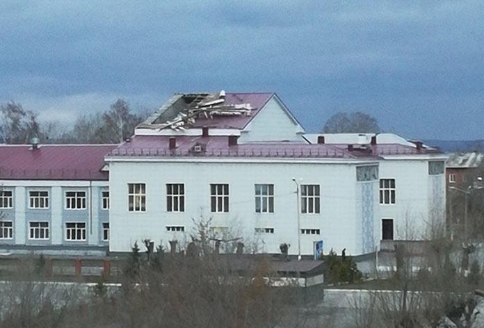 Ветер снес крышу ДК Угольщиков в Новом Городке. Последствия урагана в Белово, 28-29 октября 2018