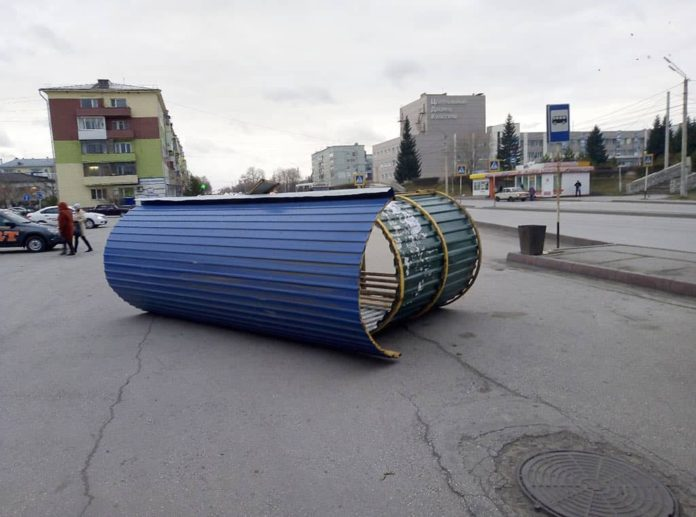 Ветер сдул остановку ЦДК. Последствия урагана в Белово, 28-29 октября 2018