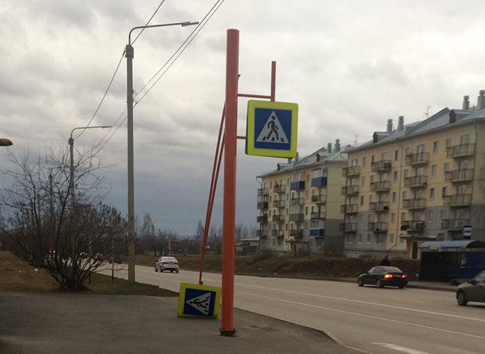 Ветер сломал дорожный знак в третьем микрорайоне. Последствия урагана в Белово, 28-29 октября 2018