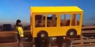 Во Владивостоке парни притворились автобусом для прогулки по Золотому мосту