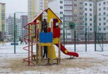 в Кузбассе чиновники развернули на снегу детскую площадку, засняли и увезли обратно