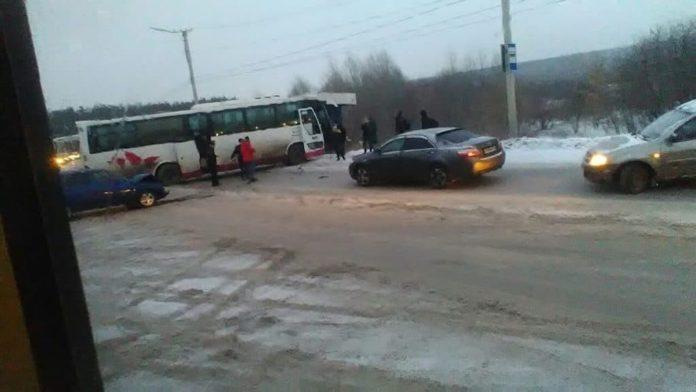 В Белово автобус чуть не протаранил остановку, 29 ноября 2018