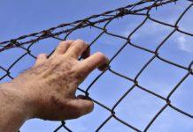 Тюрьма, сетка, решетка, рука, небо в клеточку