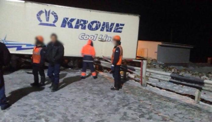 В Мариинском районе на железнодорожном переезде грузовой состав протаранил фуру