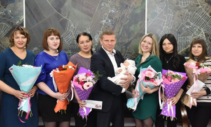Алексей Курносов поздравил женщин, у которых родились дети в юбилейный День города, Новый год и Рождество
