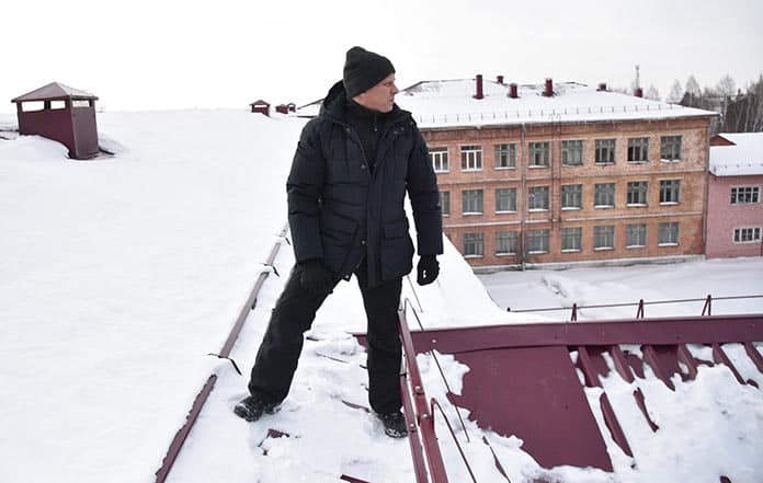 Алексей Курносов инспектирует крыши бюджетных учреждений. Уборка снега с крыш в Белово, январь 2019