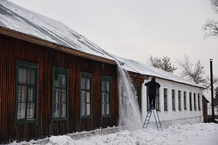 Уборка снега с крыш в Белово, январь 2019