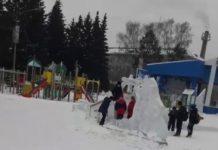 В Белове подростки ломают ледяные скульптуры