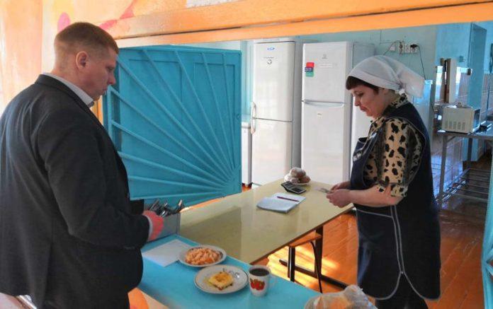 Алексей Курносов пообедал в столовой школы №19 в Новом Городке