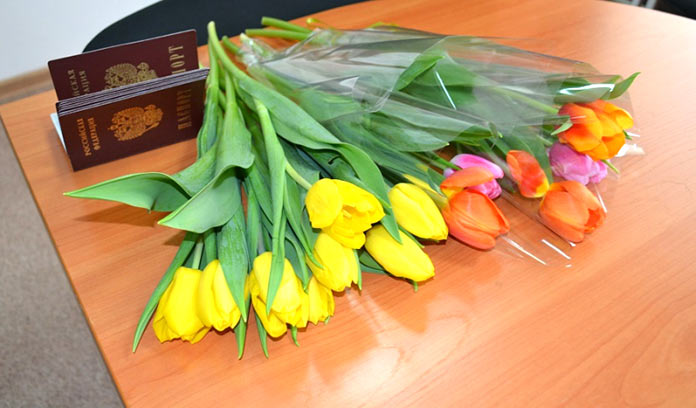 В Белове сотрудники отдела по вопросам миграции поздравили с весенним праздником юных горожанок, которые впервые получили паспорта