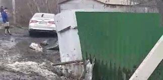 В Краснобродском иномарка протаранила бетонный столб и забор