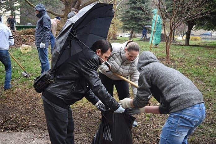 В Белове бюджетников выгнали на субботник в проливной дождь