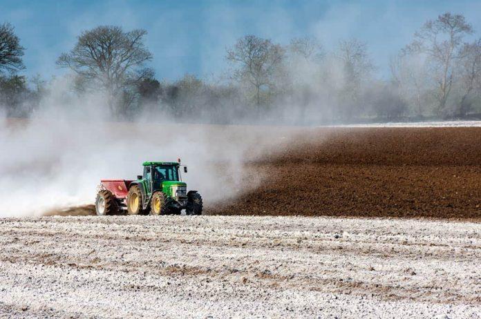 Сельское хозяйство, трактор, поле, удобрения