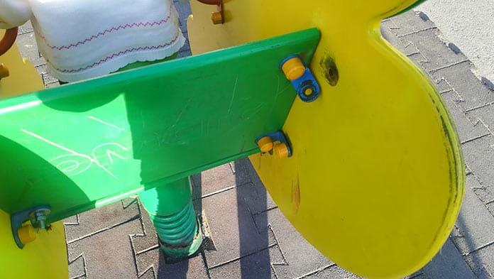 Сломанные детские площадки в Белове