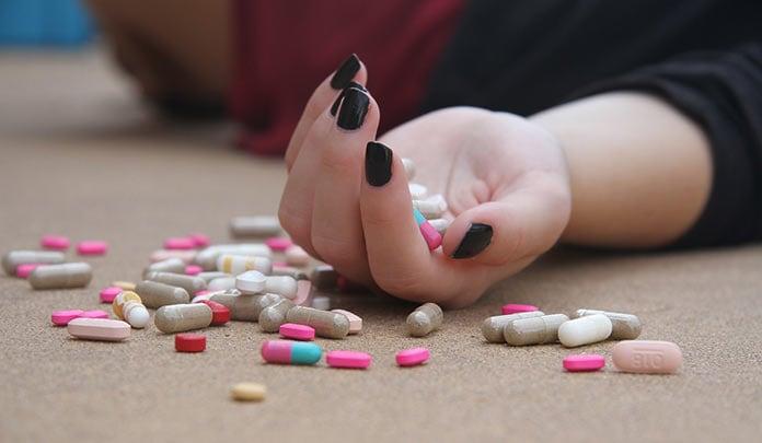 Лекарства, таблетки, девушка