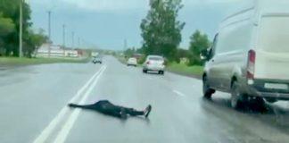 В Белове женщина улеглась на дороге