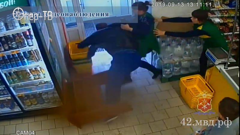 В Белове грабитель подрался с продавцами