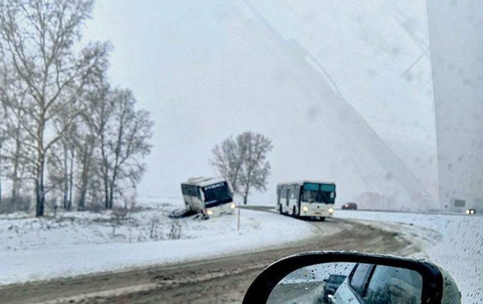 Пассажирский автобус вылетел с дороги рядом с Белово, 26 октября 2019