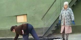 В Гурьевске в рамках ремонта библиотеки красят асфальт