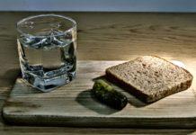 Водка, стакан, огурец, хлеб