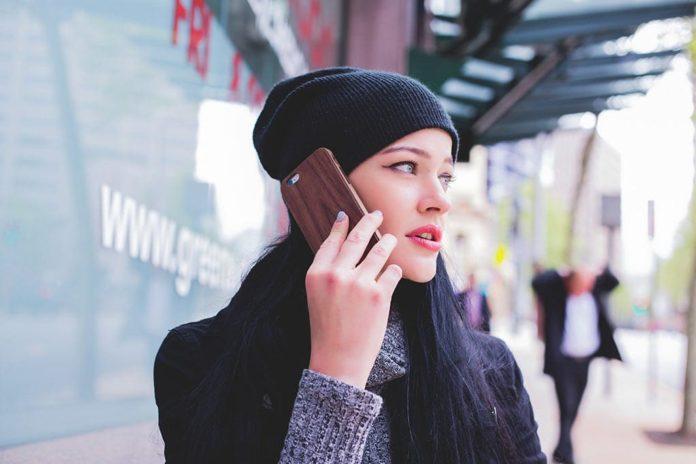 Девушка, телефон, разговор