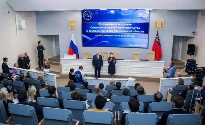 Губернатор Сергей Цивилев наградил жену медалью «Заслужение Кузбассу»
