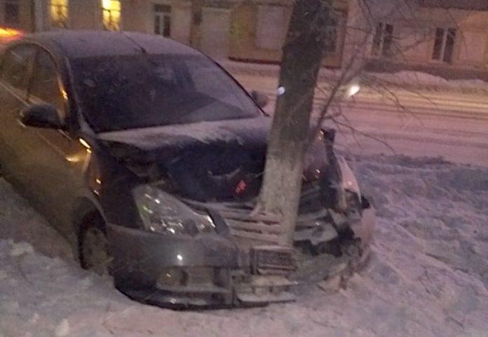 ДТП в Белово, иномарка врезалась в дерево на улице Ленина, 28 декабря 2019