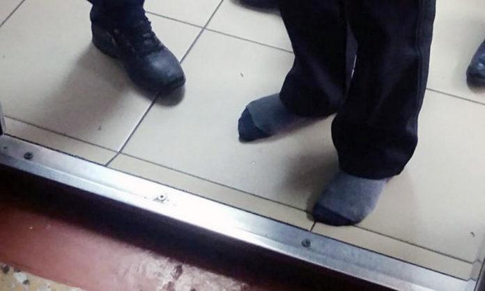 В Междуреченске забывшего сменную обувь ученика младших классов заставили ходить по школе в носках