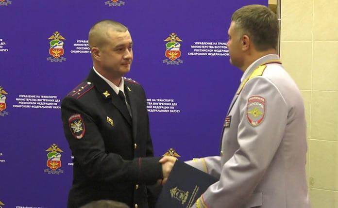 В Белове наградили полицейских спасших людей при пожаре, капитан Михаил Заверохин