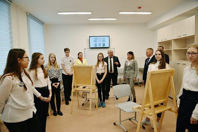 В Белове ученики детской художественной школы №3 имени Николая Козленко отметили новоселье
