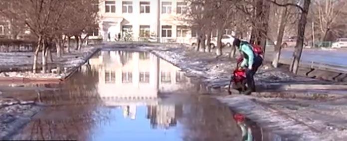 Затопленный тротуар в Белово