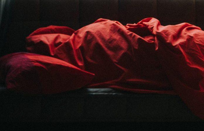 Диван, спящий человек