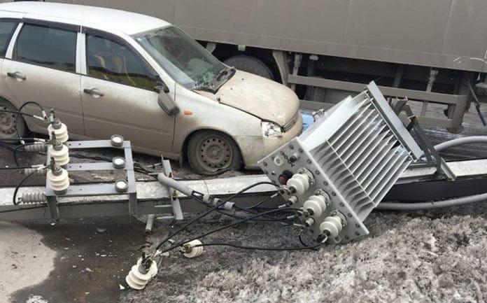 В Белове в третьм микрорайоне фура снесла опору ЛЭП, 25 марта 2020 г