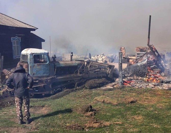 Огонь уничтожил 15 домов в деревне Постниково Ижморского района, 23 апреля 2020 г