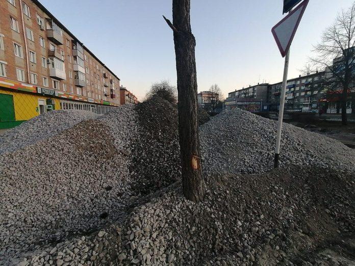 Повреждение деревьев при реконструкции улицы Советская в Белово