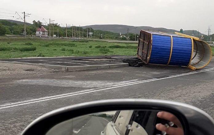 В деревне Шанда снесло остановку. Последствия урагана в Кузбассе, 26 мая 2020 г