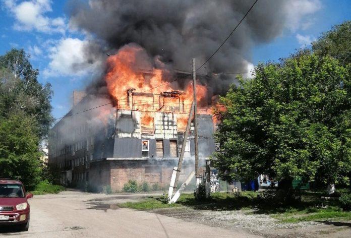 Пожар в поселке Новый Городок, горит здание бывшего профилактория, 4 июня 2020 г