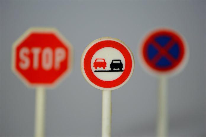 Обгон запрещен, дорожные знаки