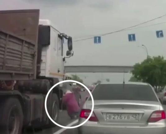 В Кемерове грузовик наехал на старушку