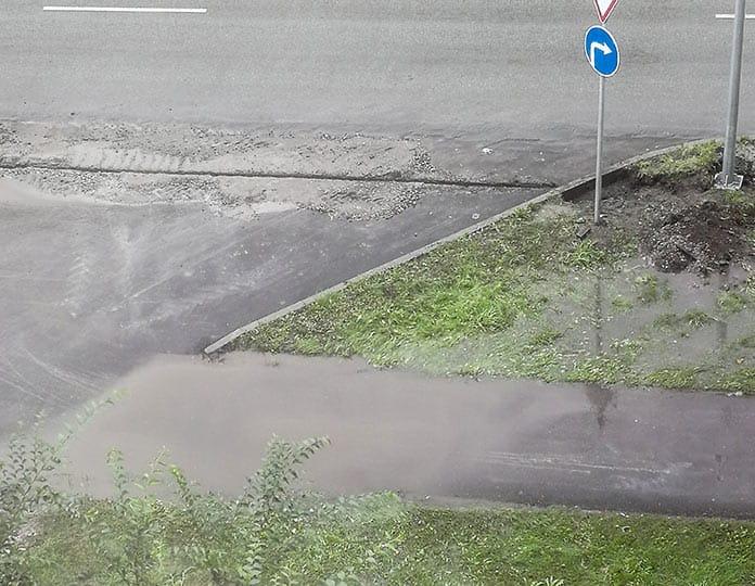 В Белове после ремонта дорог лужа затапливает тротуар у ЦДК