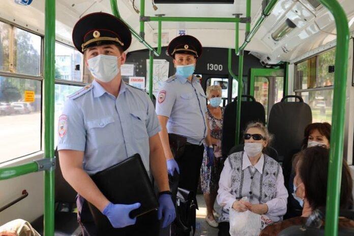 В автобусе, полиция, масочный режим