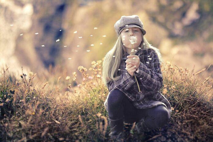 Девушка, ветер, осень