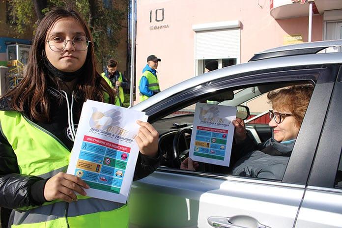 Сотрудники Беловской Госавтоинспекции совместно с Юными инспекторами дорожного движения поздравили жителей города с Днём пожилого человека