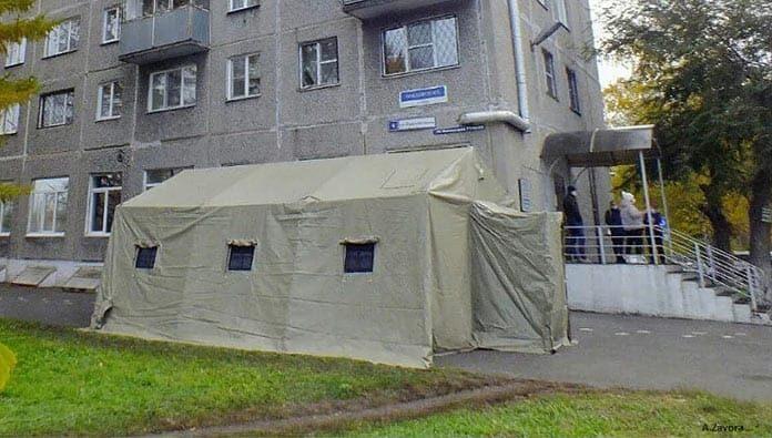 В Кузбассе у поликлиник установили палатки для ожидания пациентов