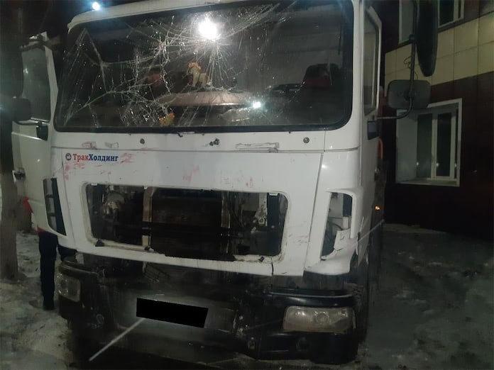 В Белове грузовик врезался в здание Горсети, фото и видео, 18 ноября 2020 г